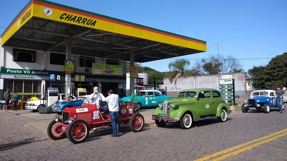 Apaixonados por carros antigos contam com os serviços dos  postos Charrua