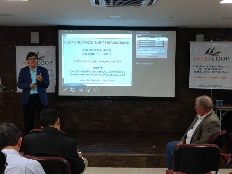 Professor Uchoa fazendo apresentação