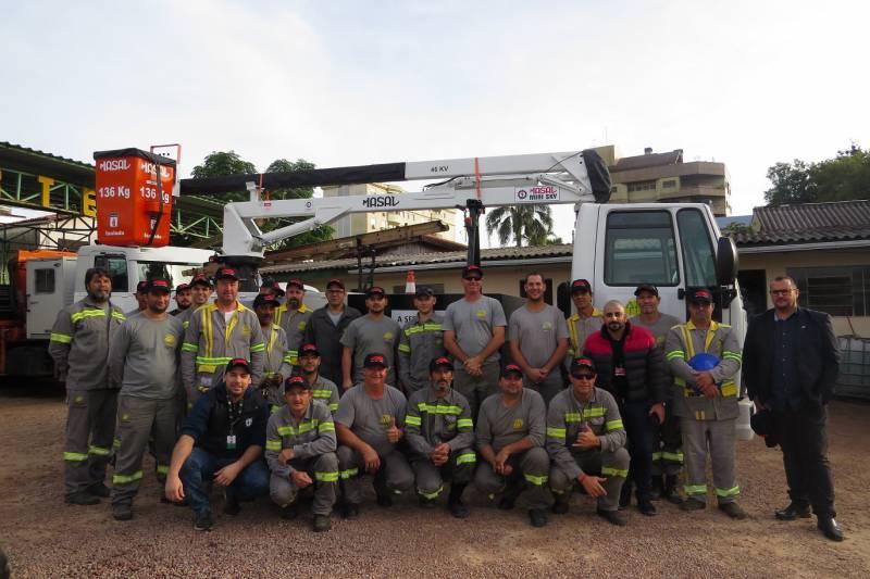 Presidente Jairton junto aos veículos e funcionários da operação e manutenção