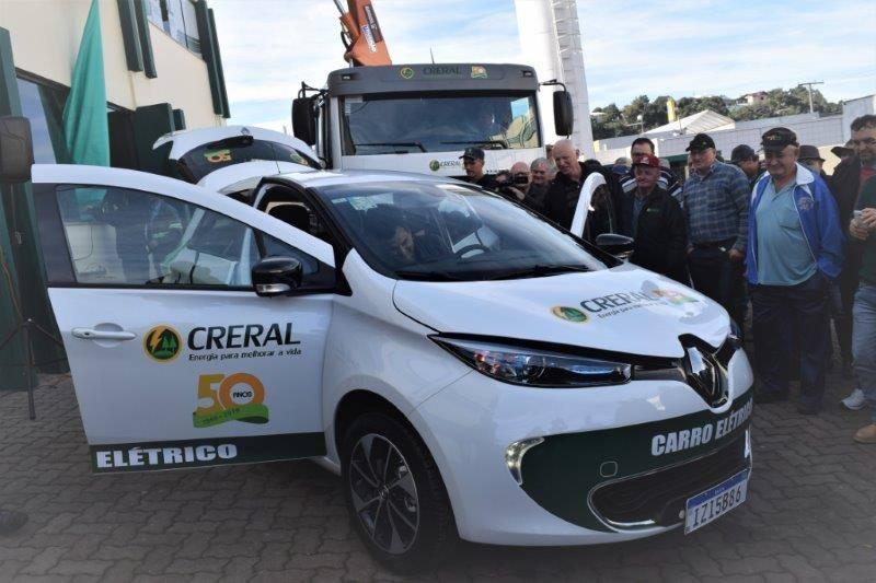 Associados da Creral no ato de inauguração do carro elétrico