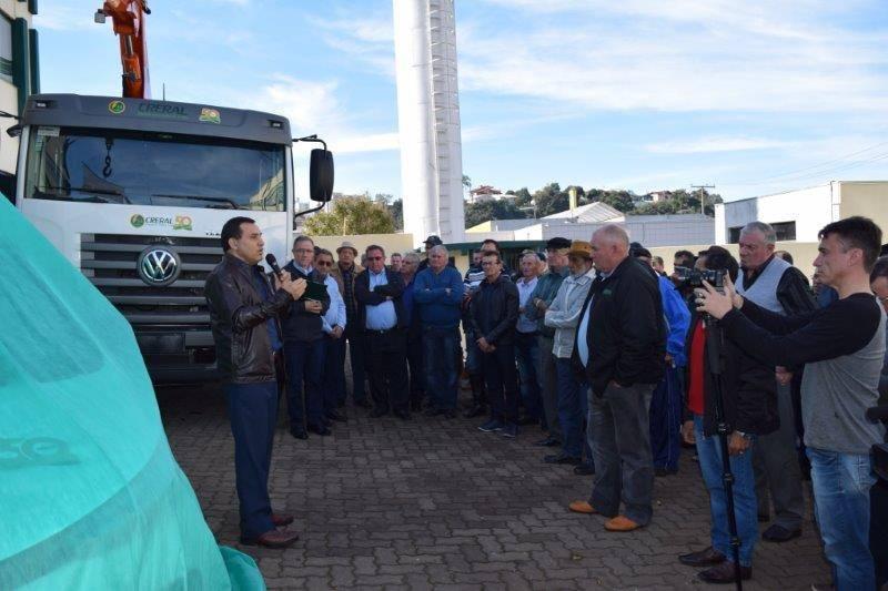 Entrega do carro elétrico e do novo caminhão da frota da Creral contou com a presença da direção, líderes, funcionários da cooperativa e  imprensa.