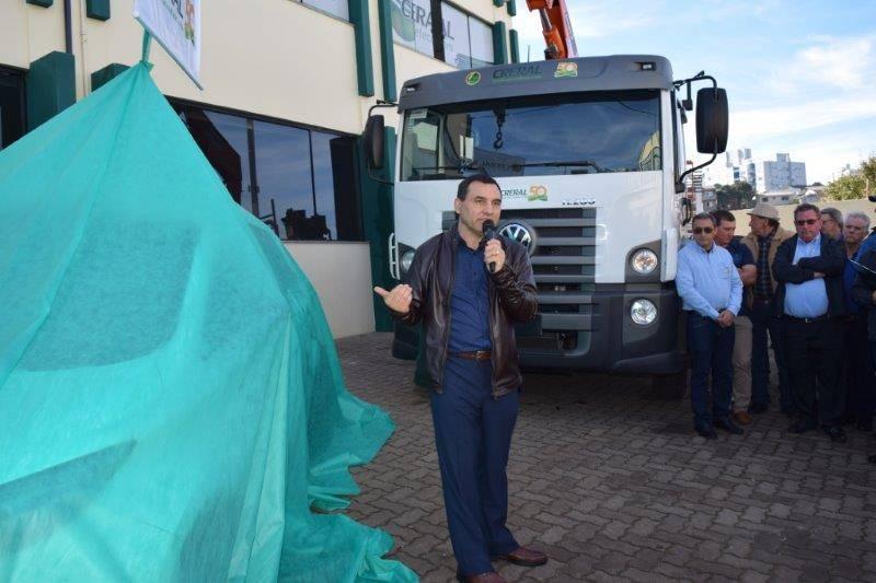 Presidente Alderi do Prado apresenta o carro elétrico da Creral
