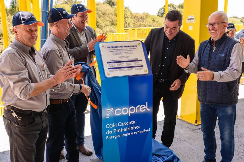 Presidente, Vice e Secretário da Coprel, junto com engenheiro Eberson da Secretaria de Energia, descerram a placa inaugural da usina.