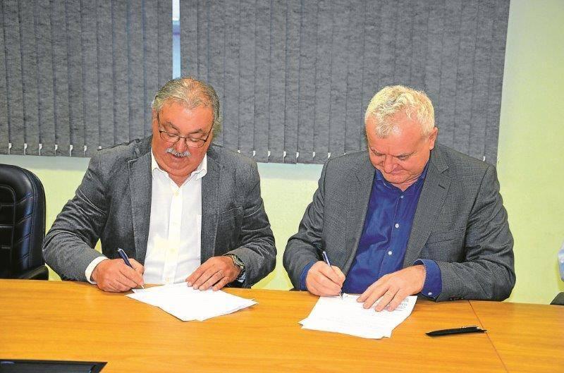 Hennemann e Lazzari na assinatura do termo de cooperação
