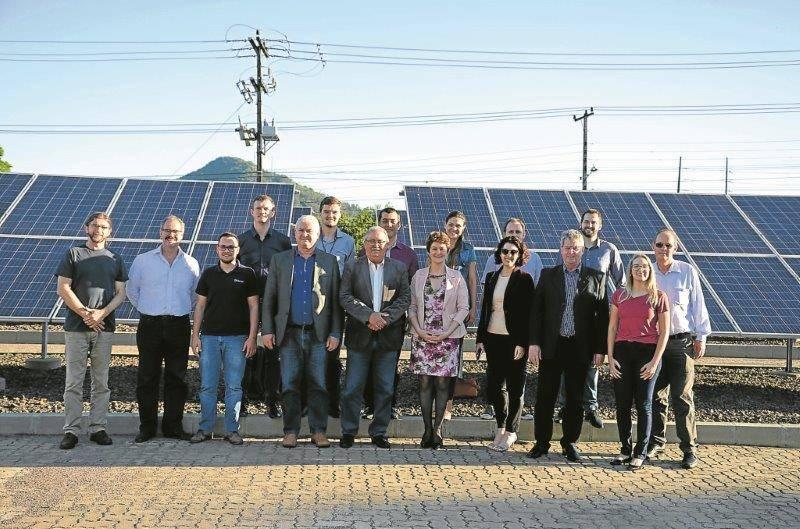 Dirigentes da Certel e da Univates na usina Solar
