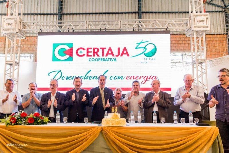 Ao Centro presidente Renato Martins comemora o aniversário da Certaja, com associados, dirigentes e lideranças do cooperativismo