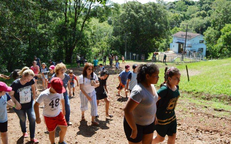 Estudantes visitando a usina Nilo Bonfanti