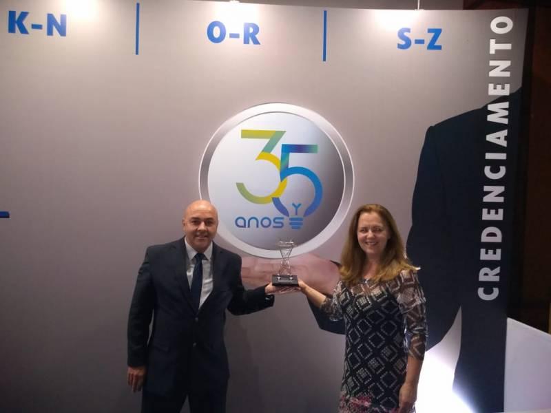 Jairinho e Maria Elena com o prêmio recebido pela contabilidade da Certaja