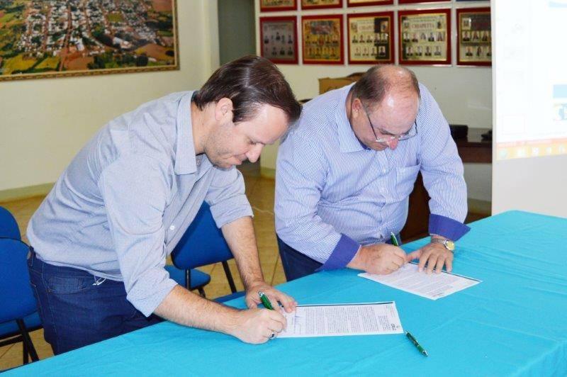 Assinatura do protocolo de sessão da Ceriluz para a Prefeitura de Chiapeta