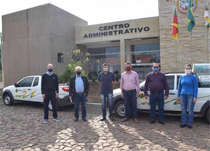 Dirigentes da cooperativa, prefeito e Emater presentes no ato de entrega