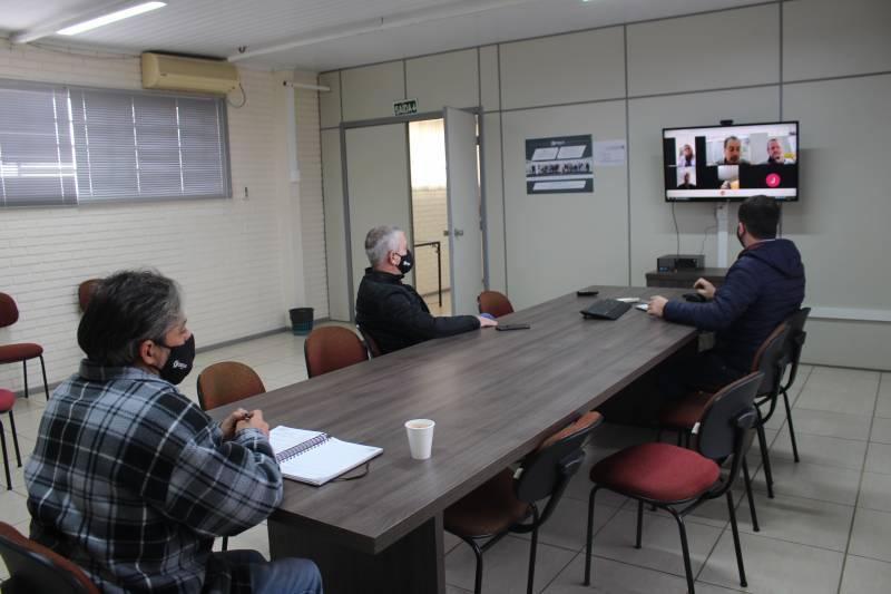 Presidente Renato, em videoconferência, debate com os técnicos a obra