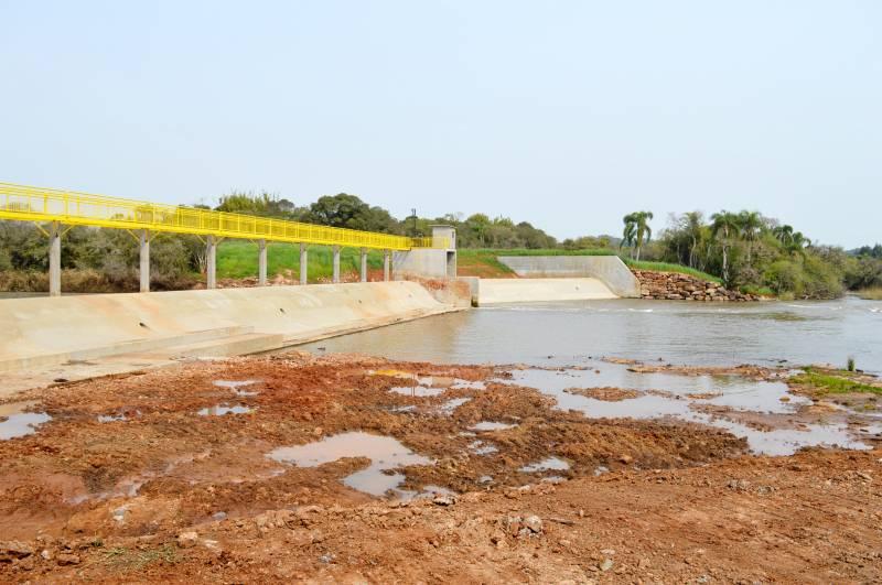 Barragem foi reconstruída, aprimorando estrutura de antiga usina existente no local, e está pronta, aguardando autorização para enchimento do lago.