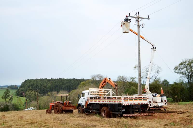Trator auxilia equipes no acesso as redes para normalizar abastecimento de energia aos associados