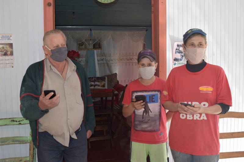 Associado Avelino Ostrowski, com a filha Caludete e o neto Ariel, uma das primeiras famílias que receberam o sinal de internet no lajeado André