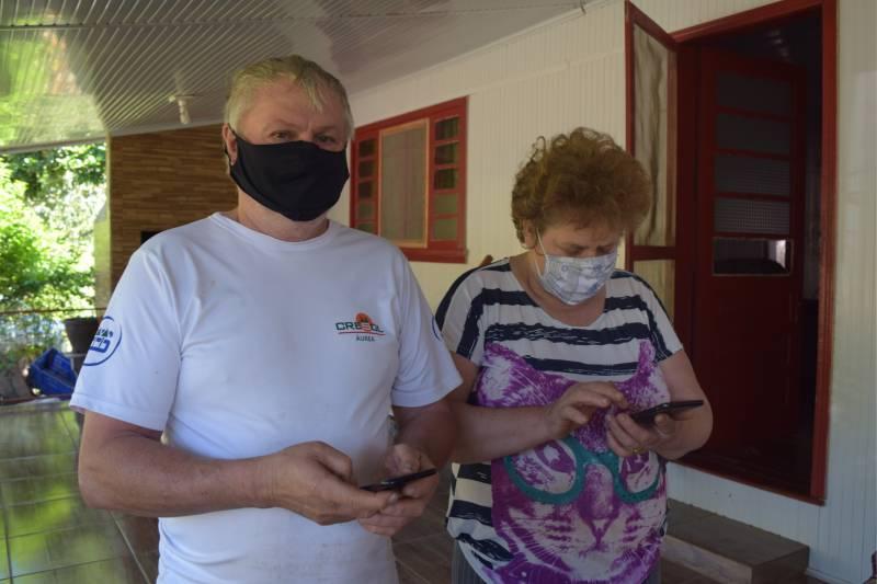 Associados Claro e Zélia Otfinoski, moradores do lajeado André, já estão aproveitando a conexão via fibra ótica