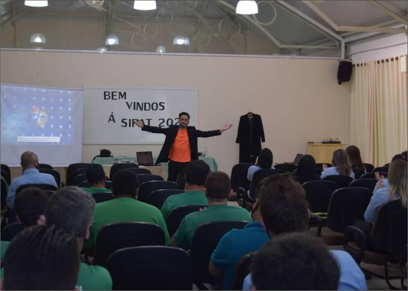Diego Pedroso da Cia de Teatro Magnifiqué falou de forma lúdica sobre os cuidados e a necessidade da utilização dos EPI's