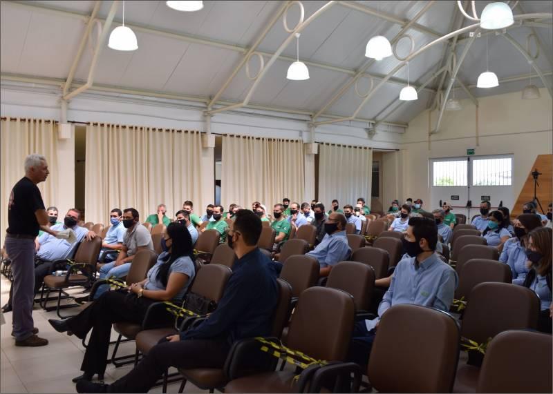 Colaboradores da Creral participando da palestra do Scherpinski sobre primeiros socorros