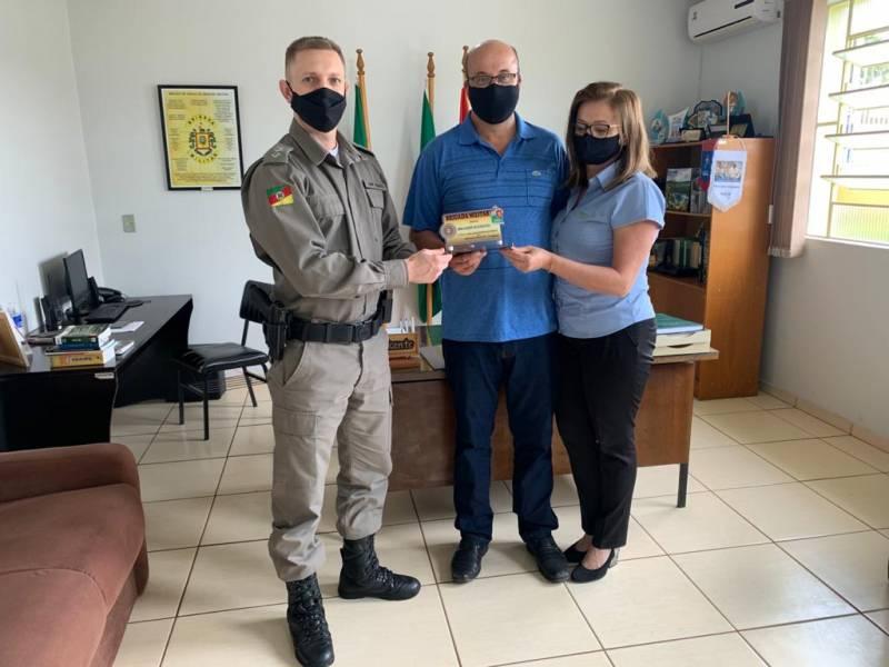 Cap. Vicente  - 10º BPM entregou a placa ao secretário da Creral Edilson Guzzo