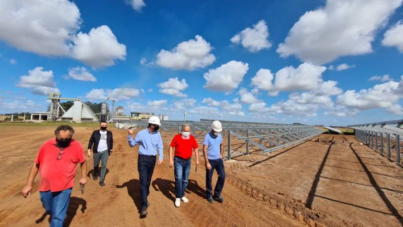 Acompanhado de representantes da Creral prefeito nas obras da usina solar