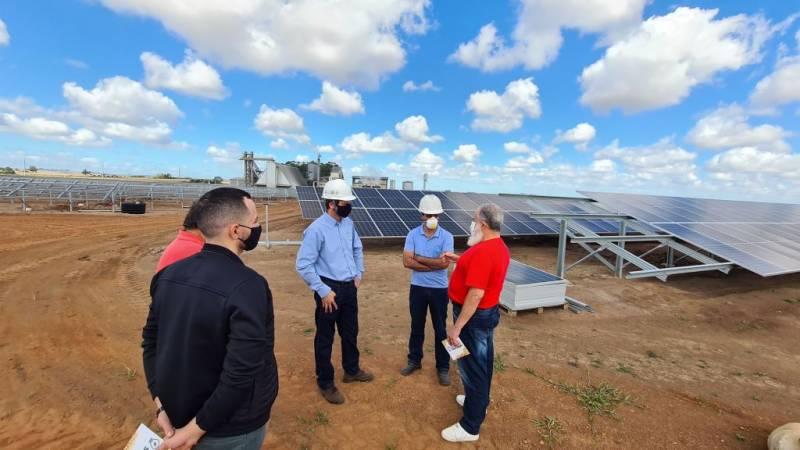 Prefeito de São Sepé recebe informações sobre a usina solar em construção
