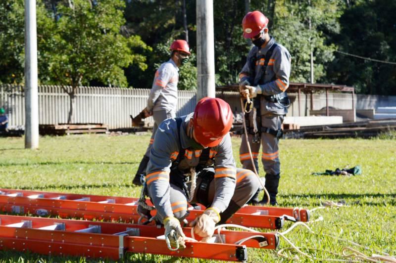 Novos técnicos e treinamento na maquete de rede de energia