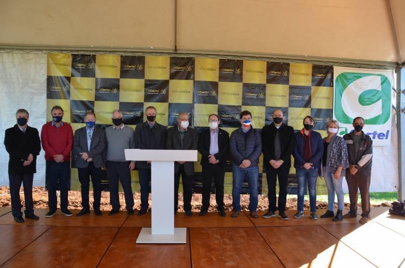 Dirigentes da Certel, prefeitos e associados presentes no ato