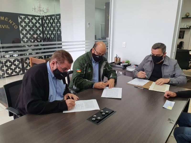 Vice-presidente Umberto Toazza e o secretário Edilson Guzzo assinaram a escritura de compra do terreno para a construção da subestação