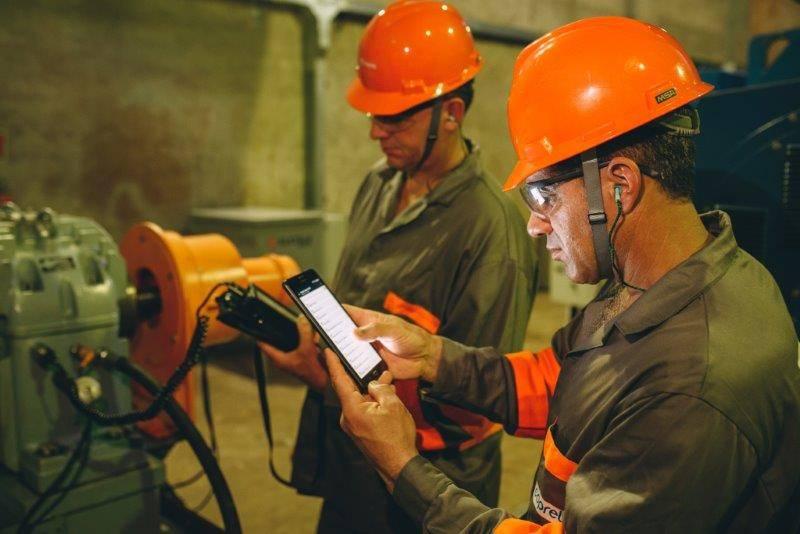 Técnicos da Coprel realizando inspeção em usina