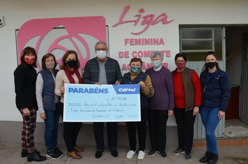Entrega do cheque à Liga de Combate ao Câncer
