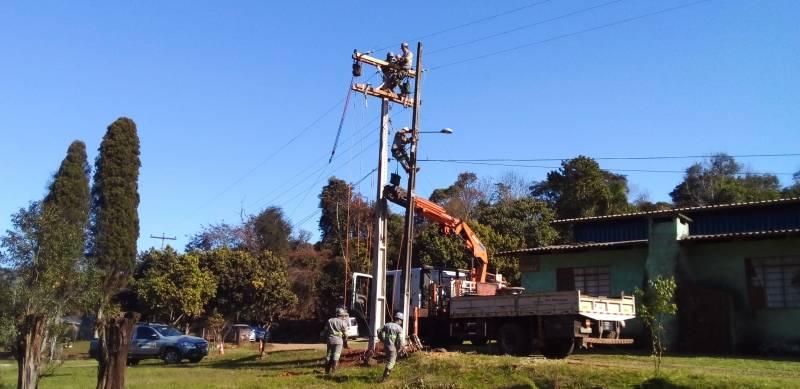 Creral atende reivindicação da comunidade e leva rede trifásica para Linha Pinhão