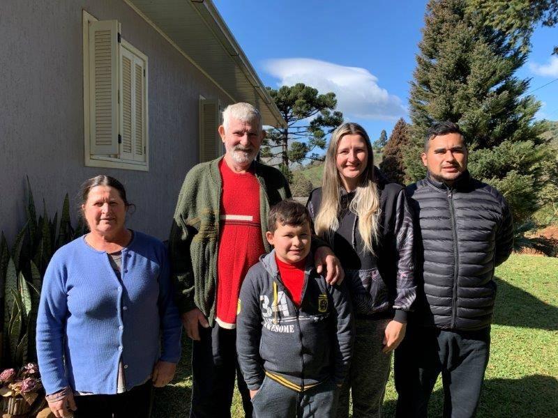 Família Vancini feliz com a chegada da rede trifásica