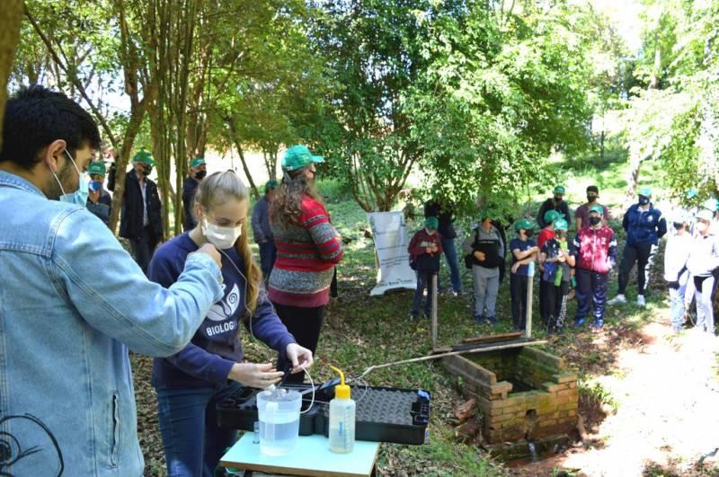 Crianças da comunidade Floresta, acompanham testes e explicações de cuidados com as nascentes