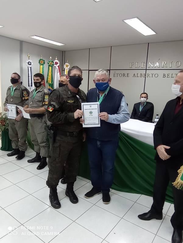 Presidente Querino recebendo a distinção da Brigada Militar